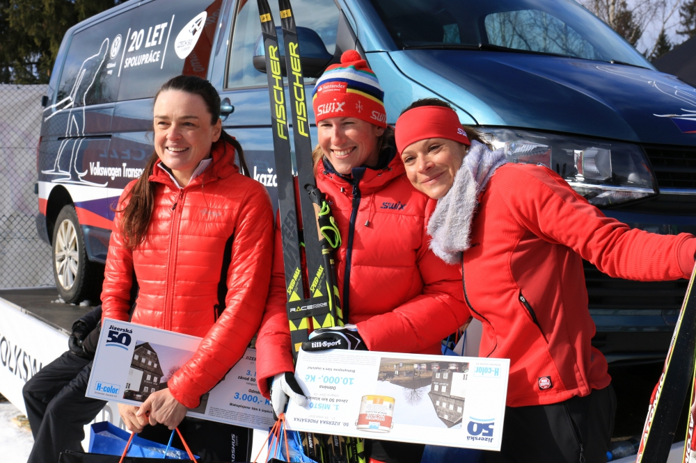 Absolutní vítězka Kateřina Smutná, druhá Anna Adamová-Kožíšková (vpravo), třetí Zuzana Kocumová (50 km CL)